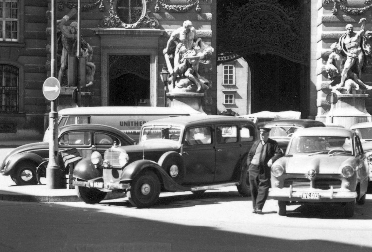 Mercedes_290_Pullman_Jaguar_Wien_Burgtor_AK_1959_Ausschnitt