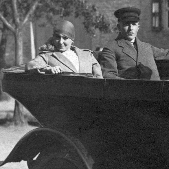 Dixi_5-14_oder_6-18_PS_Josef_Faensen_Rücksitz_mit_Schwester_Leni_1919-1_Insassen1
