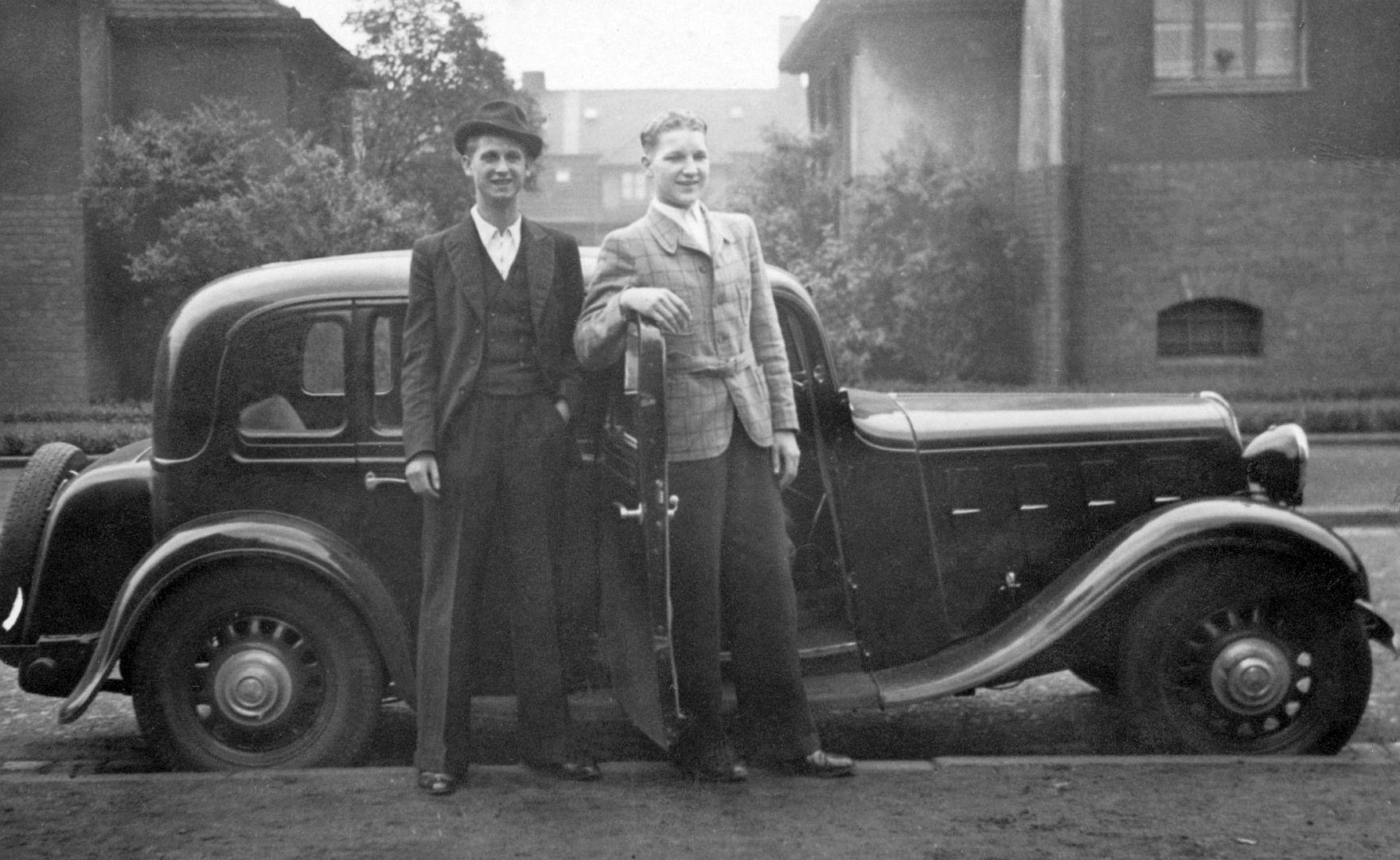 Hanomag_Rekord_6-Fenster_um_1938_Hochzeitstag_mit Bruder_Galerie