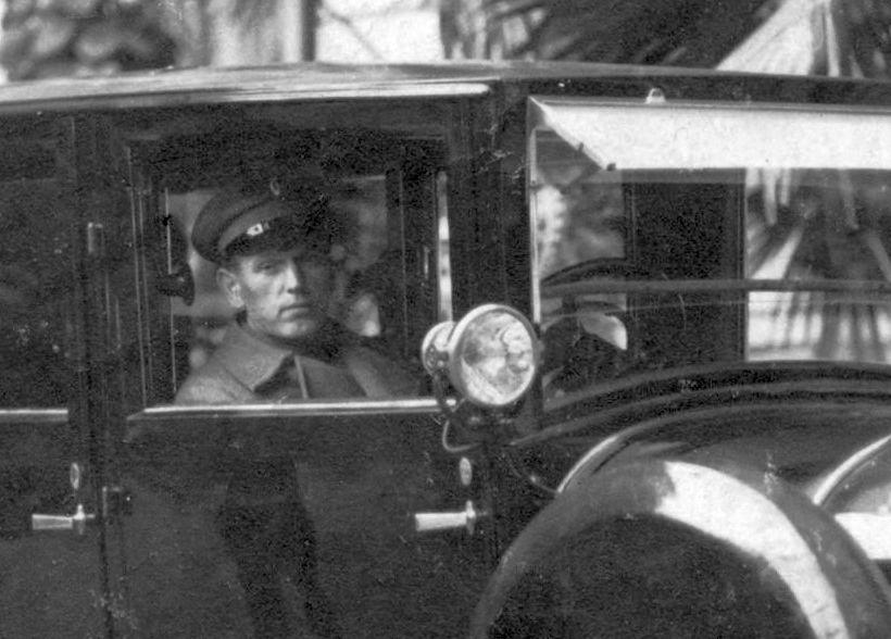 Minerva_20_CV_um_1925_Limousine_Fahrer2