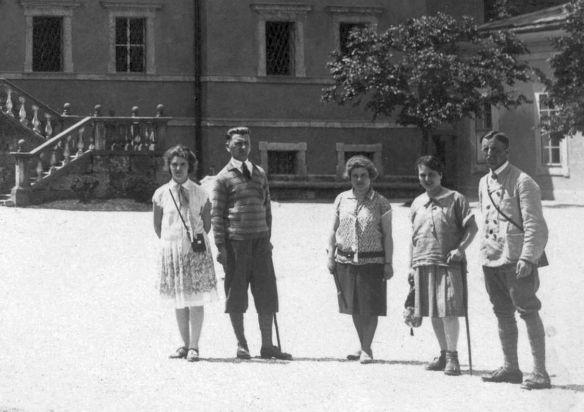 Lancia_Lambda_Schloss_Hellbrunn_Salzburg_07-1928_Besucher